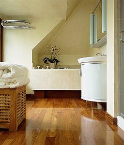 End at dække trægulvet på badeværelset. End at dække et trægulv i et ...