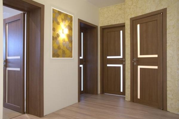 Сочетание светлого пола и светлых дверей фото