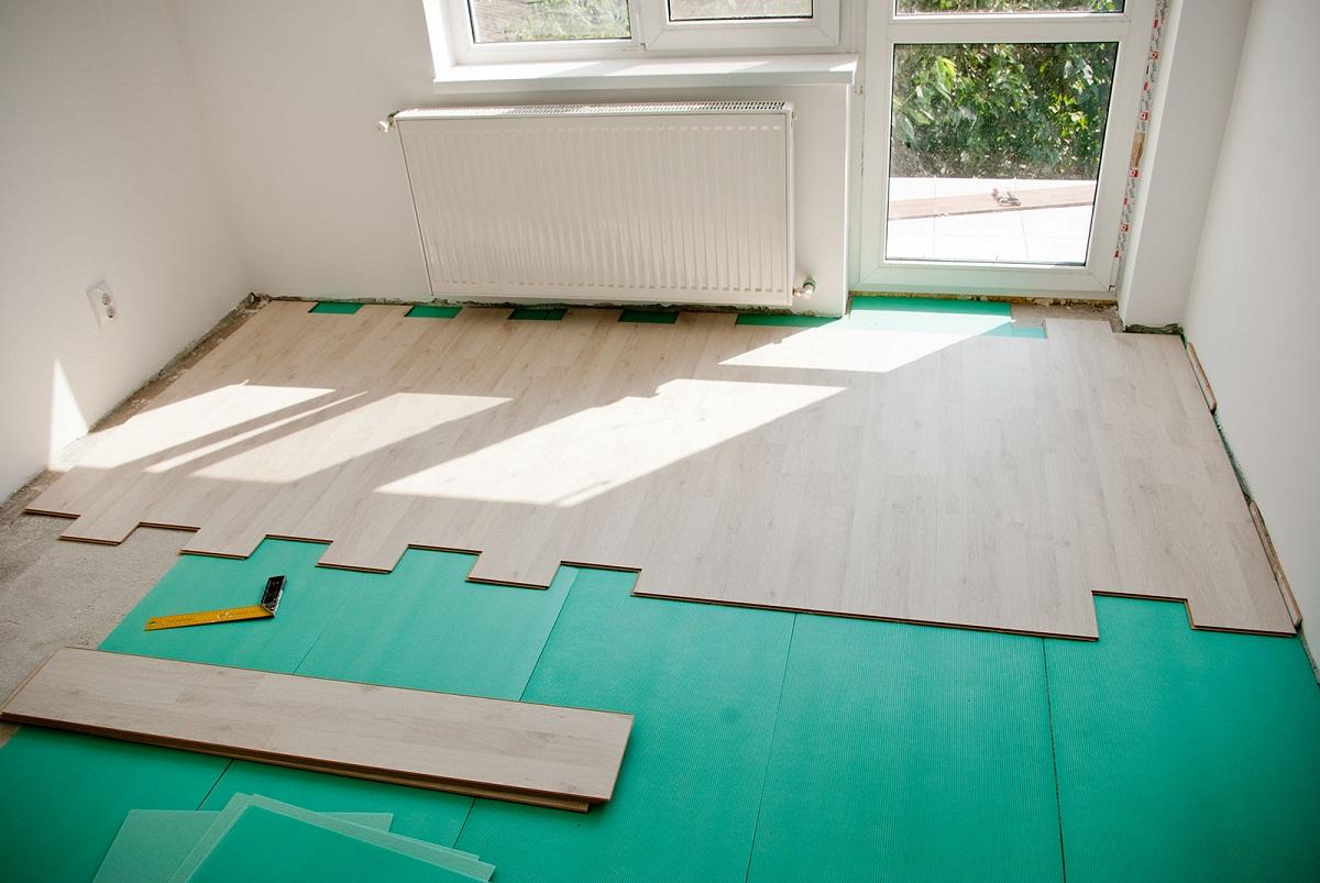 Как постелить ламинат своими руками на теплый бетонный пол